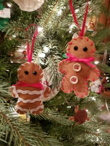 gingerbread men on Christmas tree